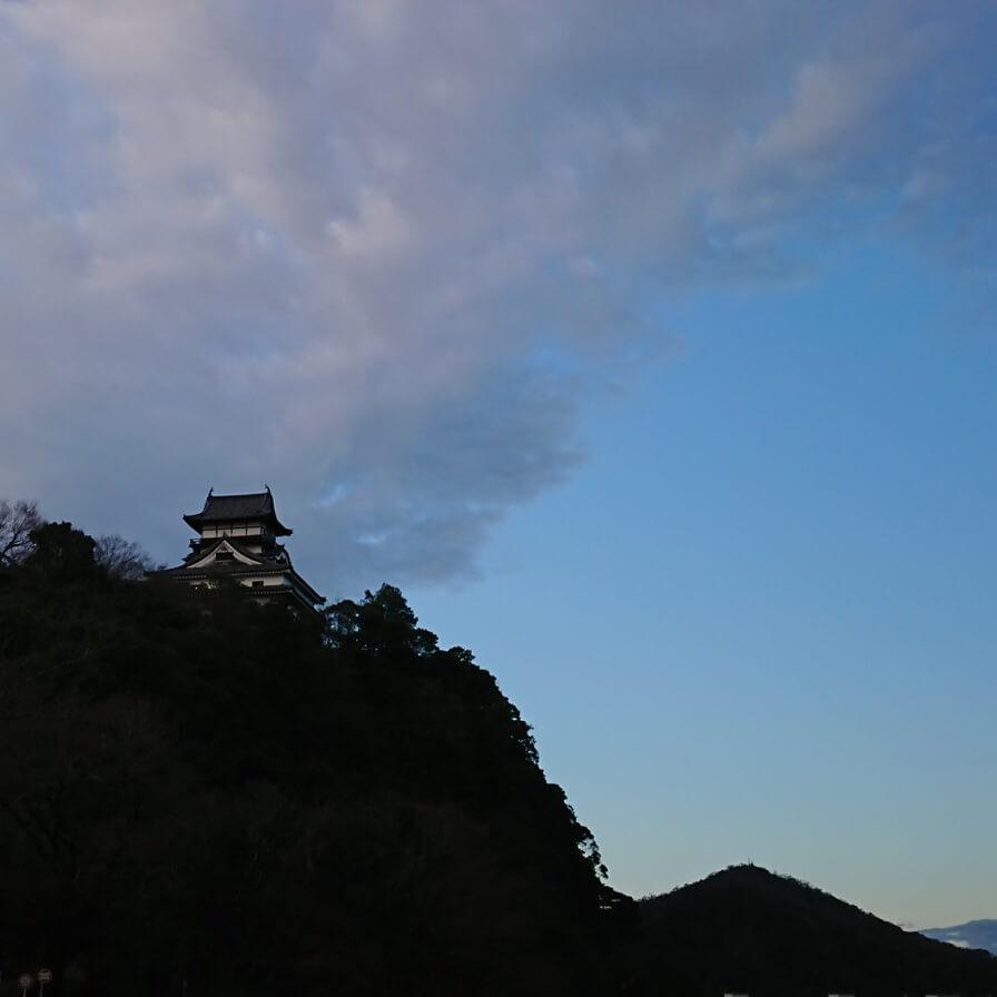 今日の犬山城は…『雨上がりの朝です✨』