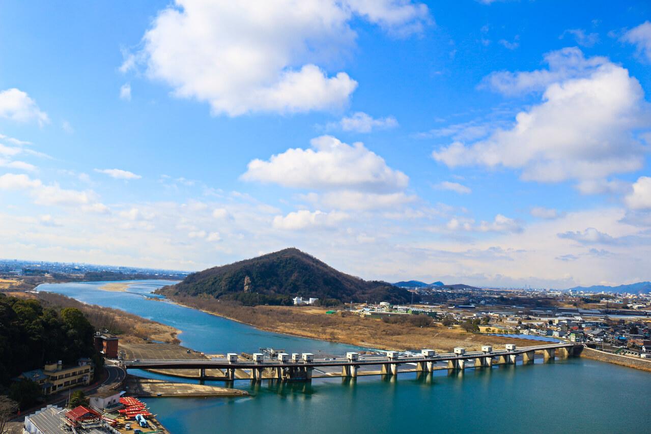 犬山城から西を見ると伊木山と木曽川がある雄大な景色