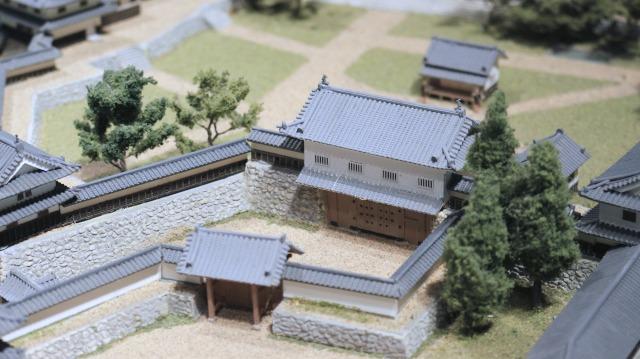 鉄門は本丸を守る厳重な櫓門。城とまちミュージアムのジオラマ