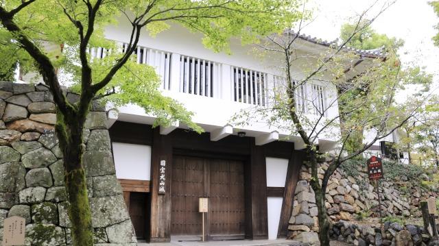 犬山城・鉄門は本丸を守る厳重な櫓門。現在の門はRC造の模擬門