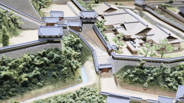 城とまちミュージアムにある犬山城のジオラマ。中門から敵が侵入。真っ直ぐ進んだところが突き当たりのため右に曲がると、矢来門が待ち構えている!