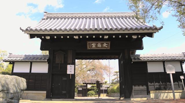 徳林寺の山門。移築された犬山城黒門