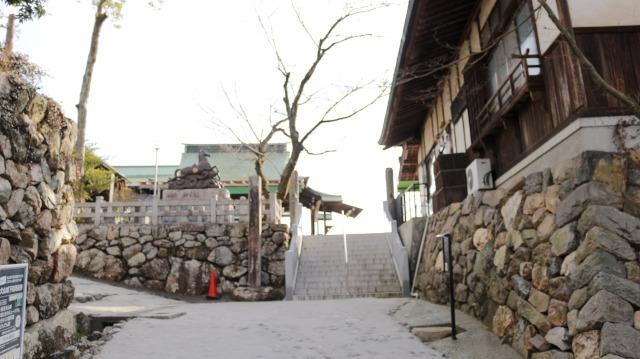 犬山城黒門跡。右手が桐の丸の石垣(今は針綱神社社務所が建つ)、左手が樅の丸の石垣
