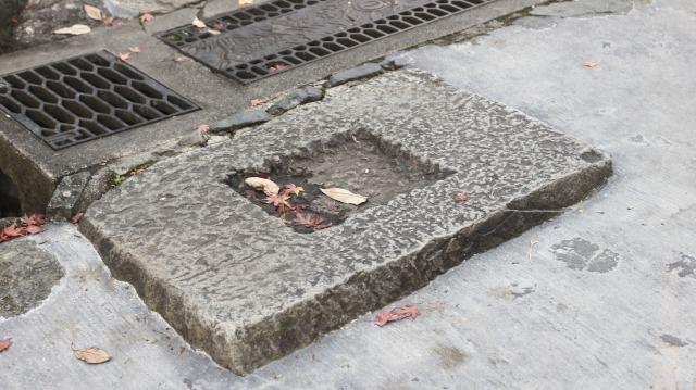 犬山城黒門の礎石と思われる石(北側)