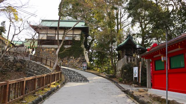 犬山城の大手道。かつて矢来門と黒門があったところ