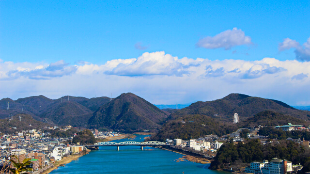 犬山城の東の景色。継鹿尾山などの山々が連なる