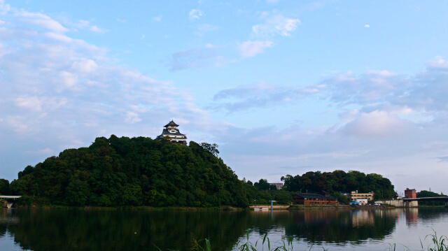 戦いが行われたとは思えないほど穏やかな木曽川と犬山城