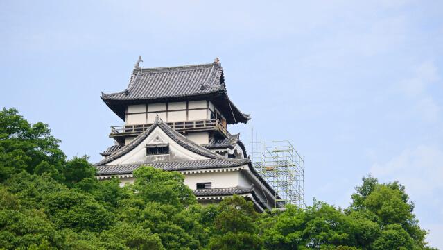 2017年(平成29年)8月1日。犬山城天守のしゃちほこ修理のため足場を設置し始めた。