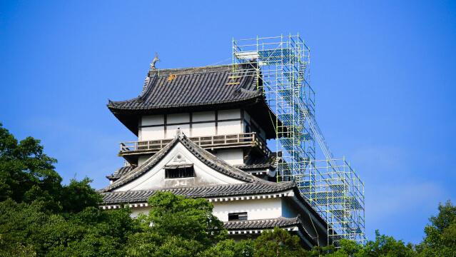2017年(平成29年)8月2日。犬山城天守のしゃちほこ修理のための足場が最上重に達した。