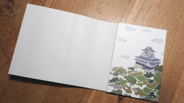 御城印帳のポケットの裏は白い台紙になっていることが多い。ここにスタンプを押そう!