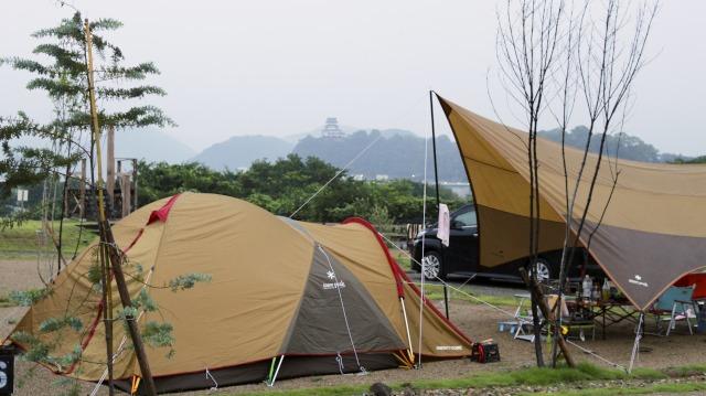 スノーピークのテントと犬山城