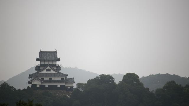 西側から見た犬山城天守と山々