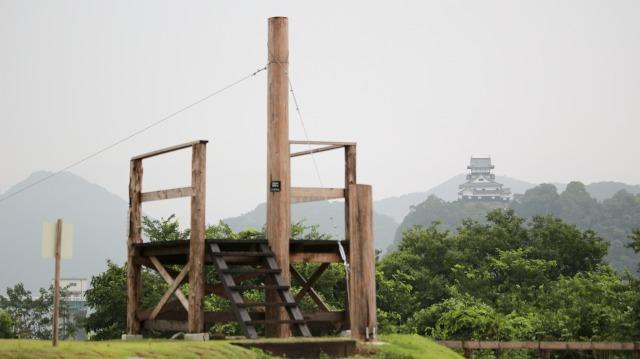 伊木山フォレスト内の遊具と犬山城