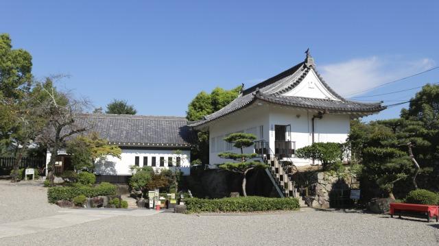 犬山城鉄門の裏。犬山城管理事務所