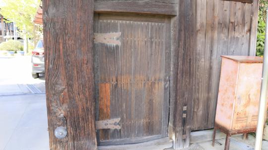 浄蓮寺山門。犬山城松の丸の表門。薬医門の重厚さが表れている