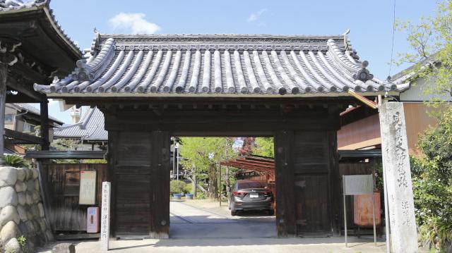 浄蓮寺山門。犬山城松の丸の表門を移築したもの