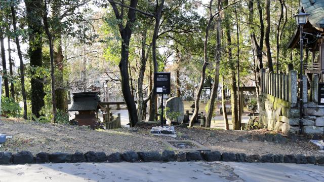 犬山城松の丸表門跡。大手道と針綱神社の境
