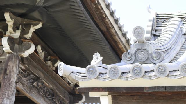 浄蓮寺山門。犬山城松の丸の表門を移築したもの。鬼瓦は犬山城主成瀬家のかたばみ紋