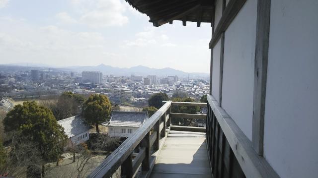 犬山城天守の廻縁と高欄から見える景色