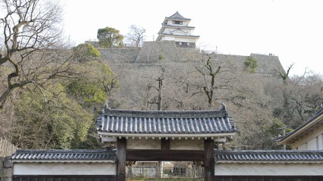丸亀城の大手門と高石垣と天守