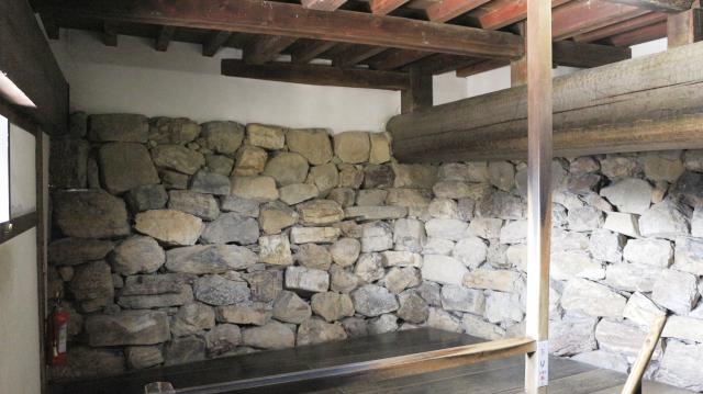 犬山城天守地下一階内部・梁と石垣
