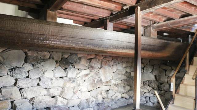 犬山城天守地下一階内部・梁と階段